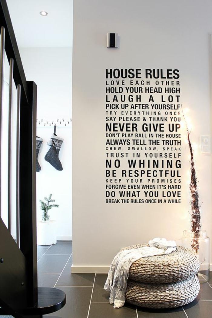 hall d'entrée maison avec des messages aux murs pour bien vivre un tabouret tressé en beige