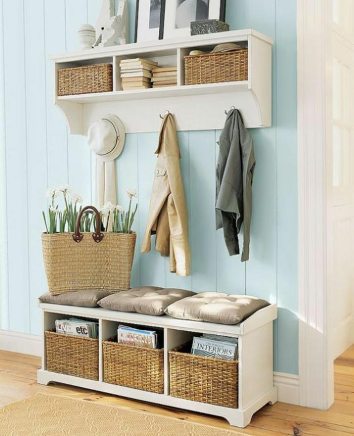 hall d'entrée maison avec des meubles blancs et des paniers tressés avec un panier qui sert de pot aux fleurs