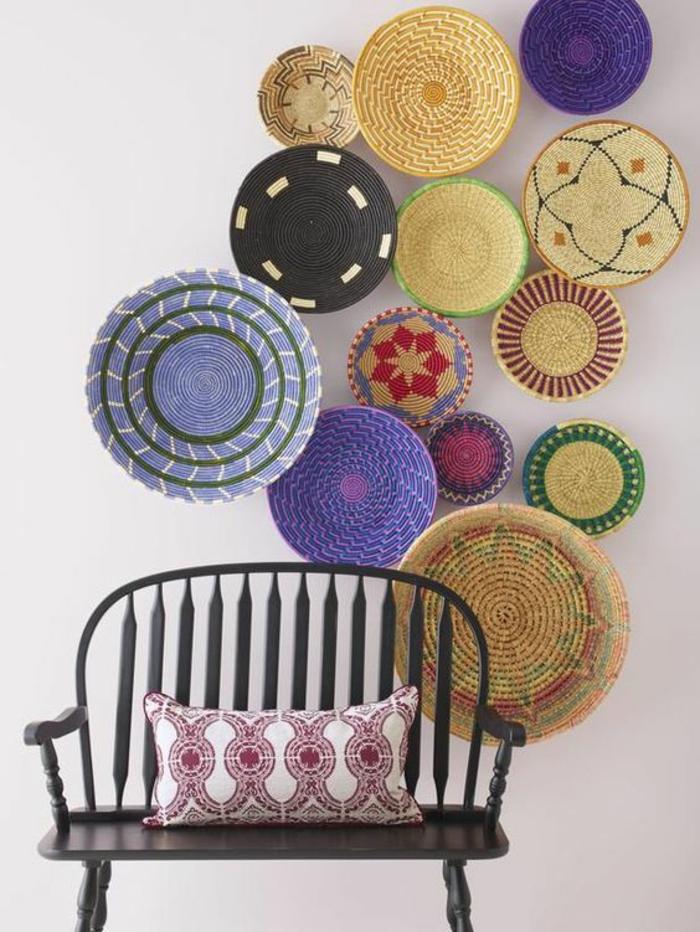 hall d'entrée maison très coloré avec des plats décoratifs en paille dans un style espagnol