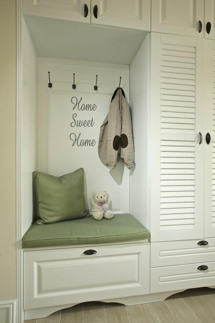 hall d'entrée maison en blanc et pistache avec des grands et des petits tiroirs