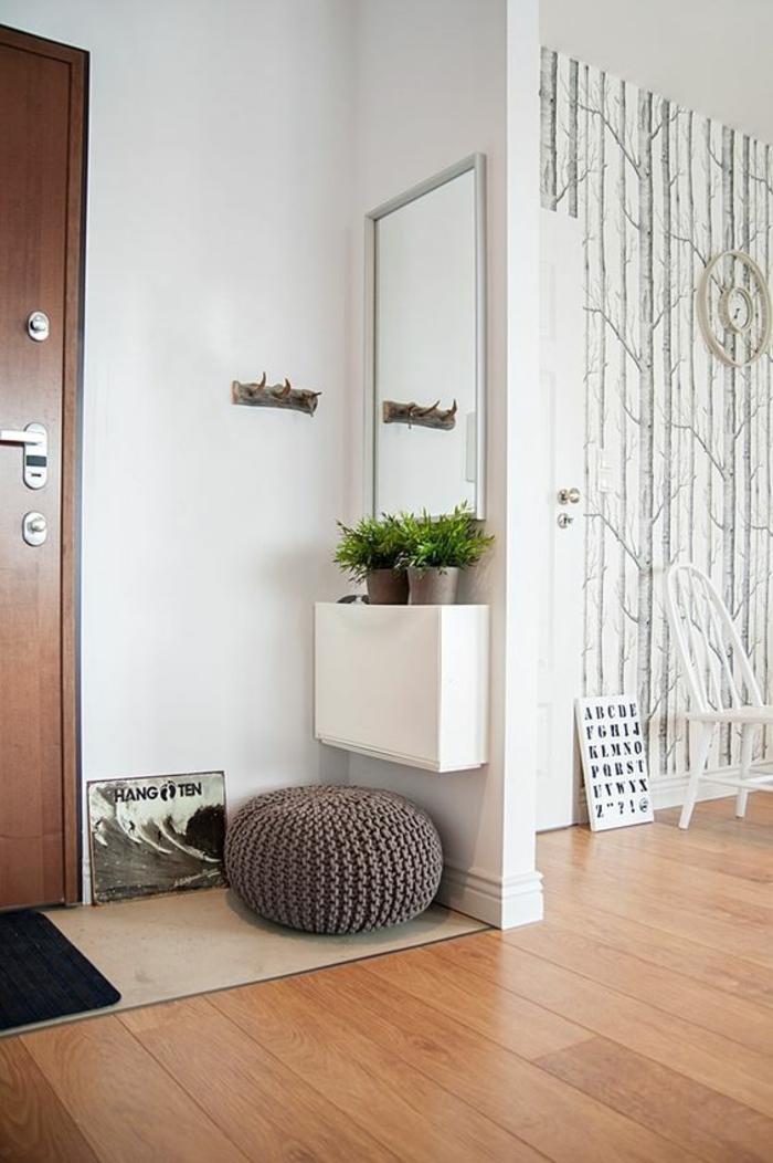 idee deco hall d entree maison avec sol en PVC en marron clair et murs blancs