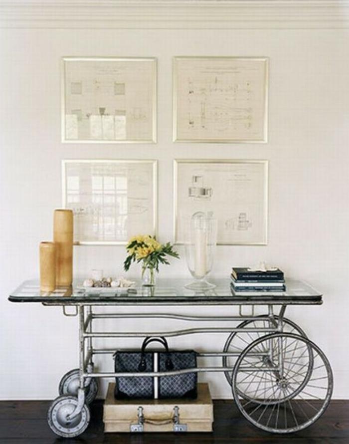 hall d'entrée maison avec des cadres en métal blanc et une table mobile avec des roues style vintage