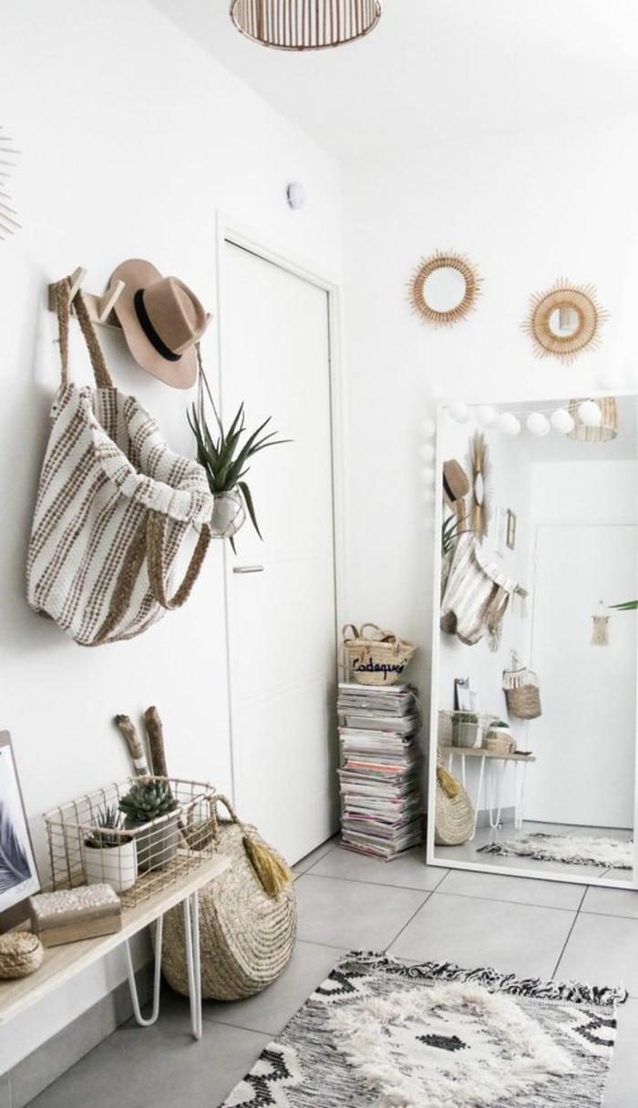 idee deco hall d'entree maison dans un style bohème avec pleins d'objets et des couleurs grises et beiges
