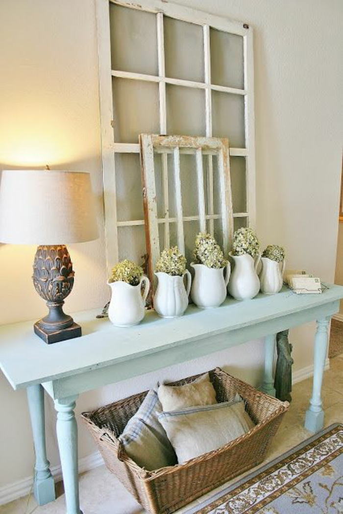 amenagement hall entree avec deux cadres décoratifs taille petite et taille grande et table en bleu pastel