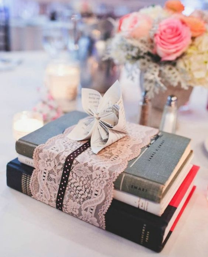 piles de livres, enveloppés de bande de dentelle rose, bouquet de fleurs, bougeoirs, idee deco mariage occasion