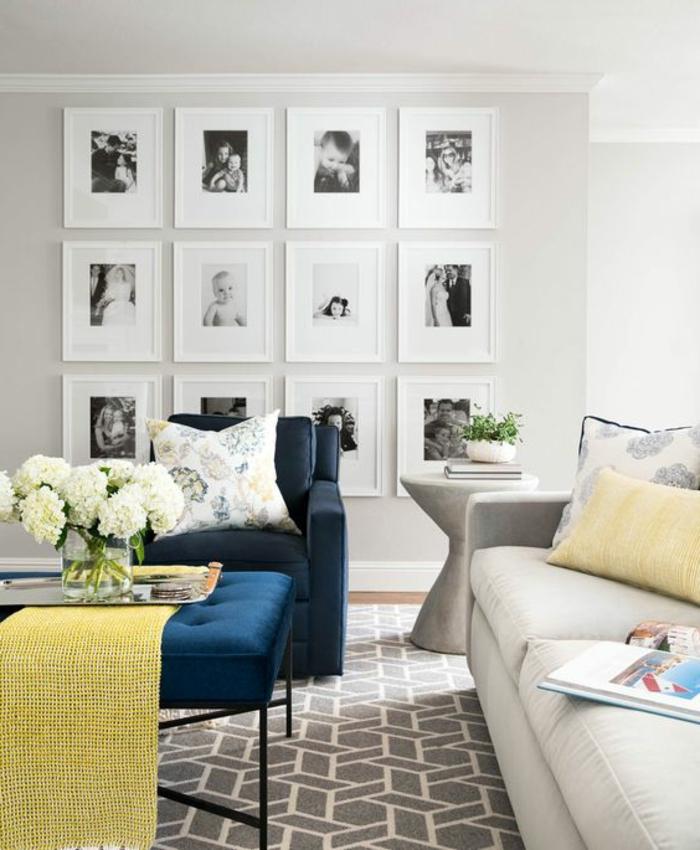 cadre photo personnalisé, fauteuil bleu foncé, coussin jaune, murs blancs, vase en verre, livre