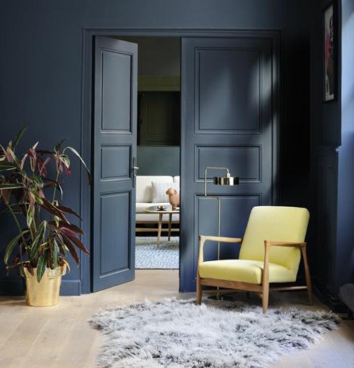 deco salon scandinave, mur couleur bleu gris, chaise en bois, coussin jaune, tapis de fourrure gris, parquet clair, plante