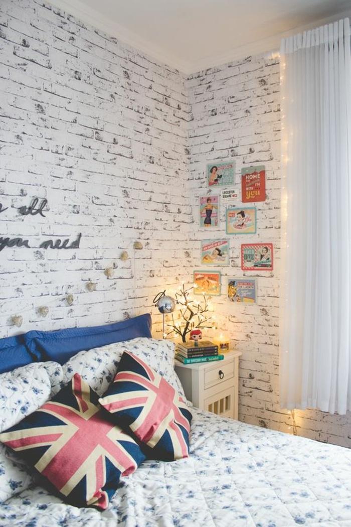 cadre rectangulaire, coussins décoratifs, guirlande lumineuse, mur de cadres, rideaux longs blancs