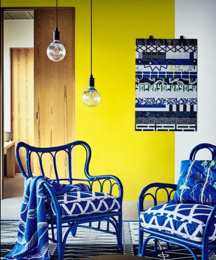 mur couleur bleu et jaune citron et chaises bleues à motifs blancs, suspensions ampoules électriques, deco scandinave