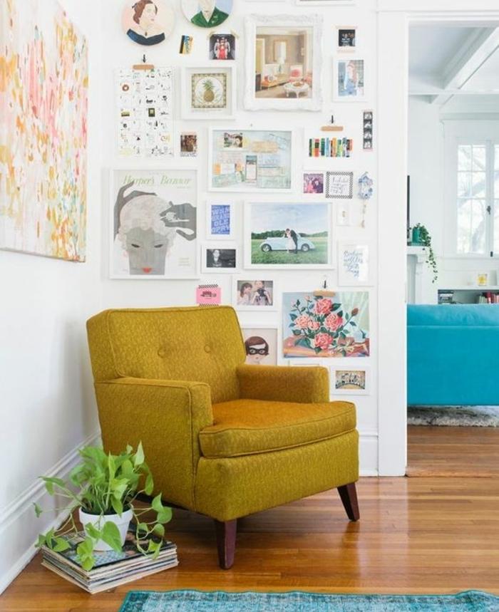 deco scandinave, fauteuil jaune ocre, tapis bleu turquoise, decoration murale de photos et dessins, plante verte, parquet marron