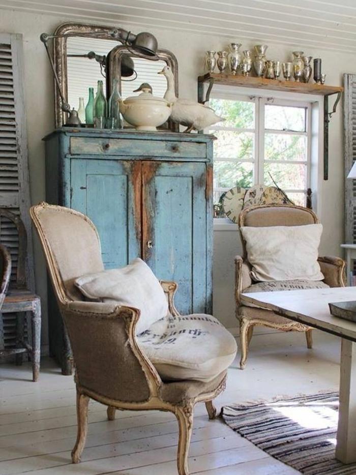deco campagne chic, chaises en bois et tissu gris, armoire bleue patinée, deco de miroirs, table en bois massif, parquet blanchi