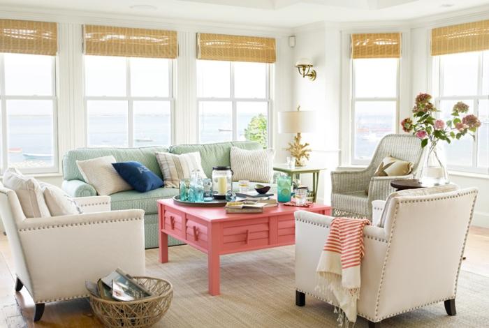 deco campagne chic dans un salon, mur blanc, fauteuils en faux cuir, table base rose et canapé vert pastel, chaise en rotin, decoration lanterne et bouteilles en verre