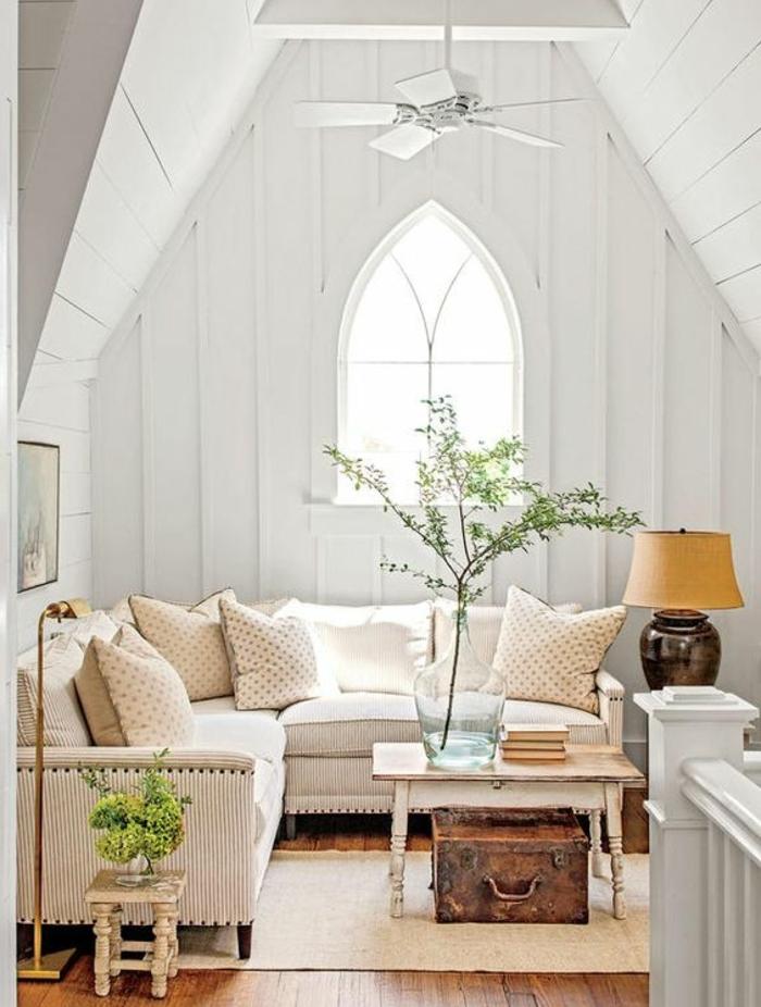 deco sejour campagne chic, canapé blanc à rayures, petite table basse, branches, couvertes de feuilles vertes, coffre vintage, mur, plafond couleur blanche
