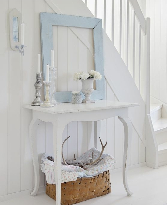 deco cadre vie, comment décorer un escalier, table blanche en bois, chandeliers et vase vintage, panier en bois, bois de cerf décoratifs