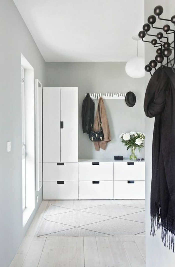deco hall d'entrée maison avec des meubles blancs et porte-manteau en métal noir