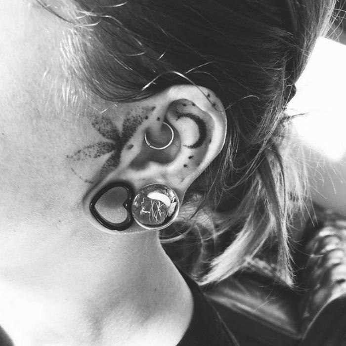 Petit tatouage feminin tatouage caché oreille femme fleur