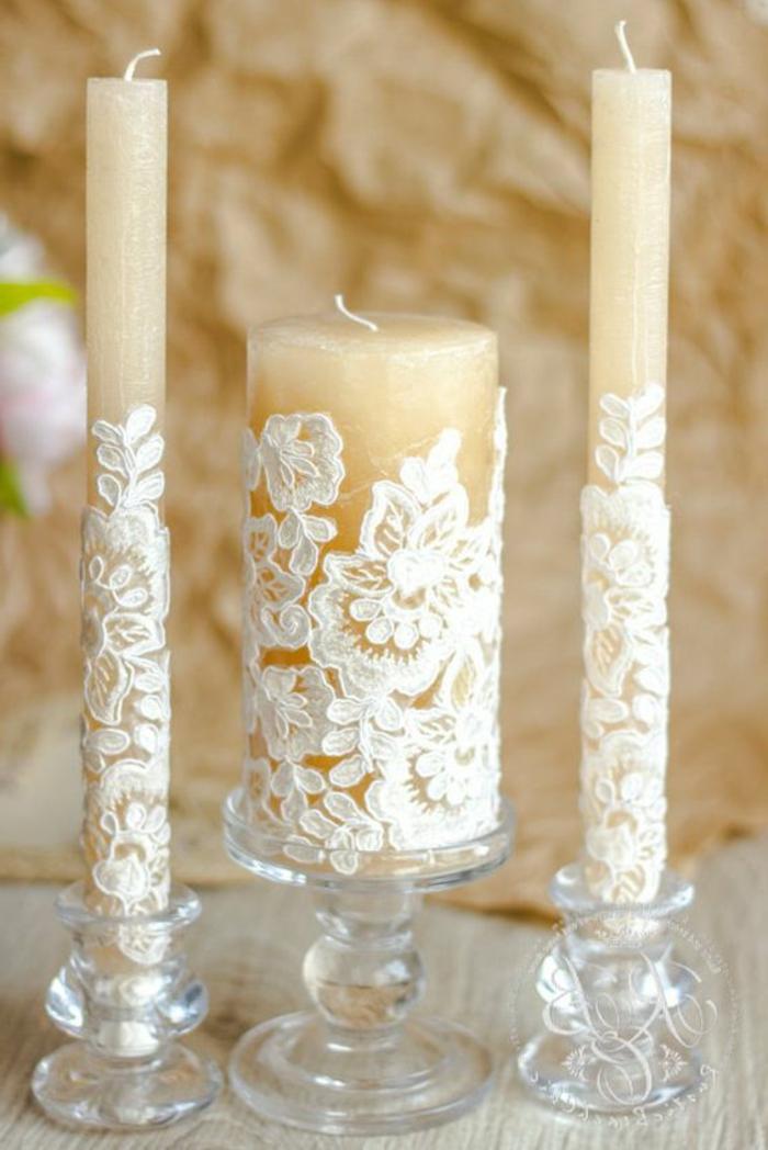idee deco mariage des bougies customisées de dentelle, un centre de table mariage romantique, table en bois