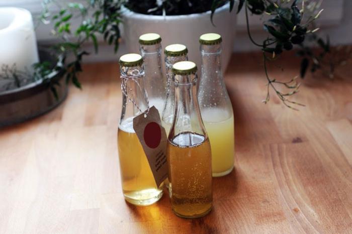 idéee originale de cadeau fete des peres, cocktails dans de petites bouteilles en verre, boissons pour papa