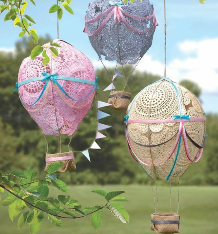 des ballons réalisés avec des napperons, rose, ivoire et bleus, idée decoration anniversaire enfant, deco dentelle