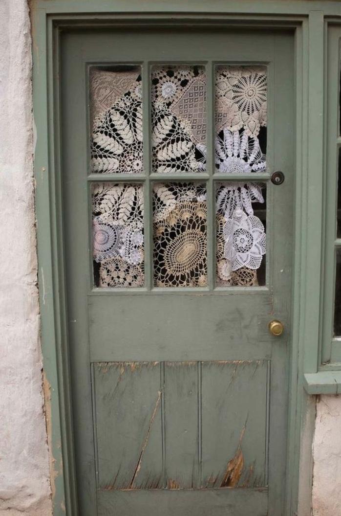 une porte ne bois repeinte en vert, des lucarnes customisés de napperons, deco dentelle mariage a faire soi meme