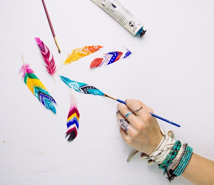 peinture sur plumes d oiseau, motifs amerindiens colorés, activité manuelle adulte facile à réaliser soi meme, que faire quand on s ennuie