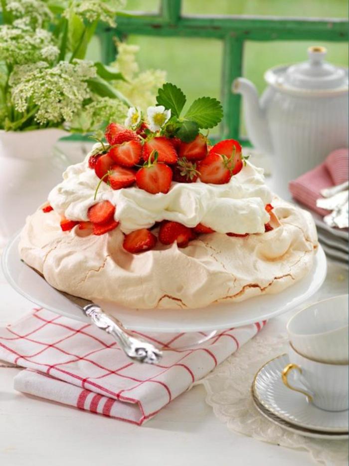recette de pavlova classique et facile à préparer, gâteau meringué nappé de crème fouettée lègère et fraises
