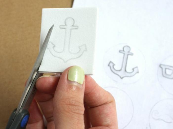 idee cadeau fete des peres, découper un motif d ancre dans une feuille papier mousse, comment créer une pochette de costume, mouchoir customisé