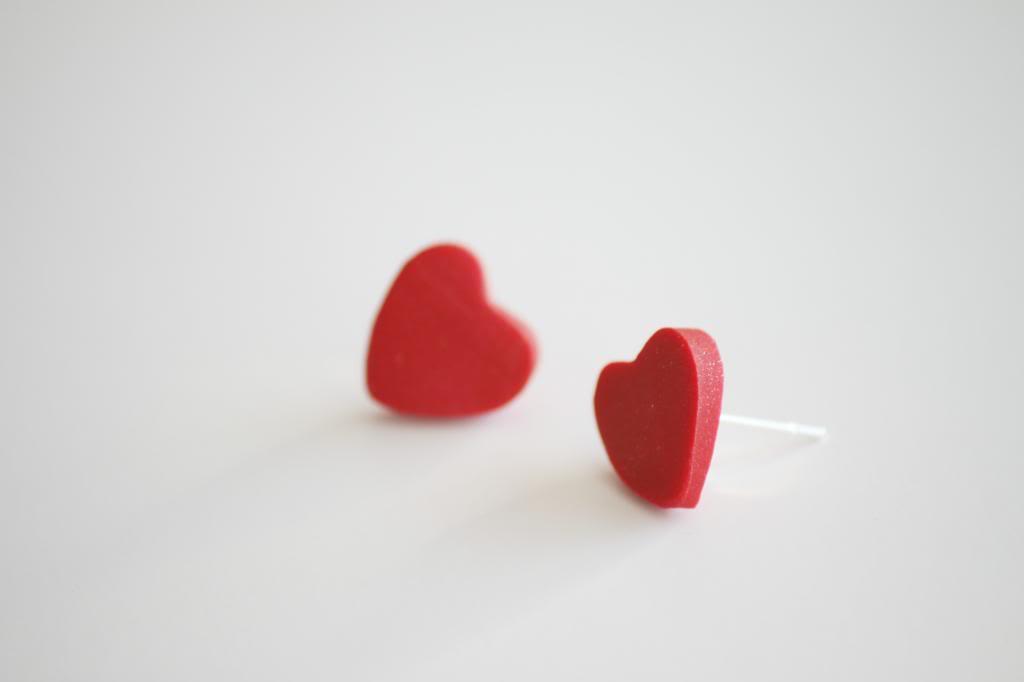 que faire quand on s ennuie, fabriquer une diy boucle d oreille, bijoux pate fimo, en forme de coeur, activité manuelle adulte
