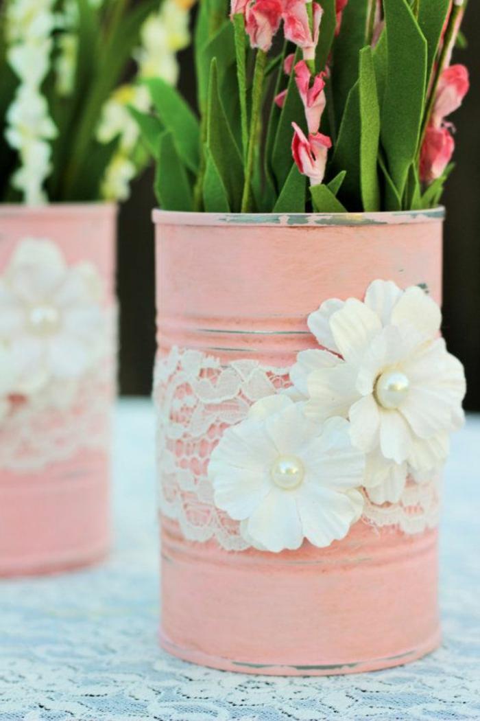 faire un diy pot de fleur à partir une boite de conserve repeinte en rose et customisée de dentelle et fleurs en tissu blancs, bouquets de fleurs, idee deco mariage champetre chic