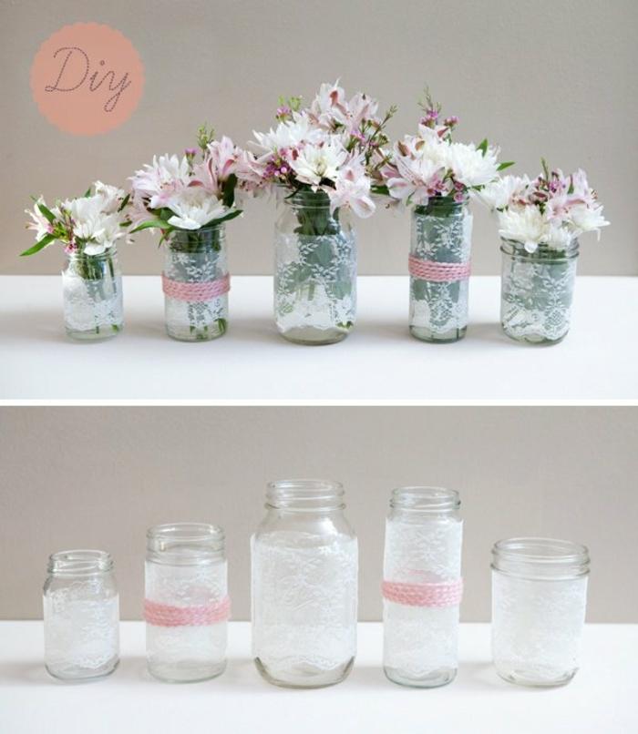 bocal en verre customisé de dentelle blanche et bande de laine rose, bouquets de fleurs, idee deco mariage romantique