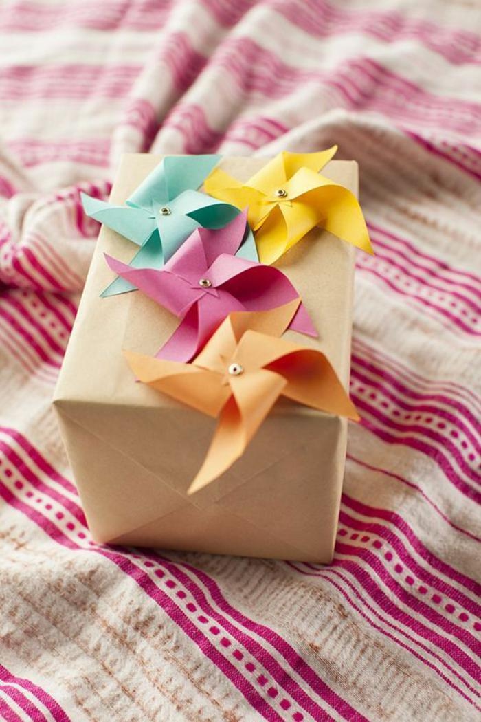 un emballage cadeaux personnalisé à faire soi-même, un mini moulin à vent ruban coloré