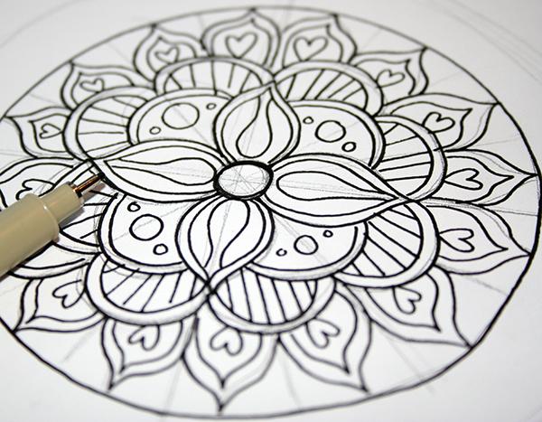 activité manuelle adulte, faire un dessin mandala à colorier, dessiner les contours à l'encre, ajouter des éléments déco