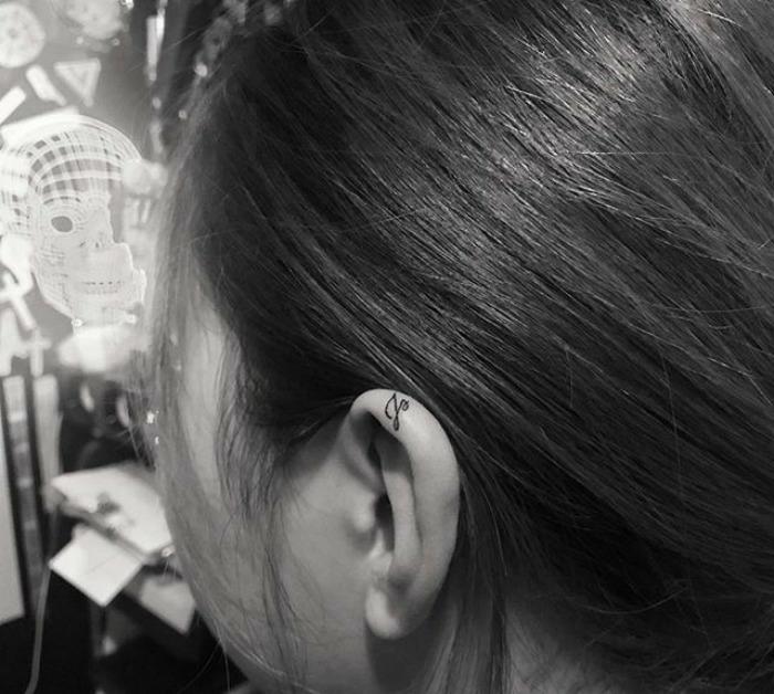 Derrière l oreille tatouage derriere oreille femme