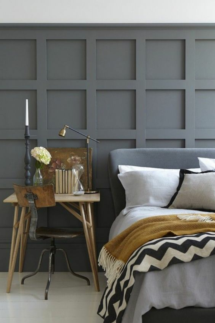 chambre à coucher aux nuances du gris avec un petit espace bureau esprit vintage, couette à franges couleur jaune moutarde