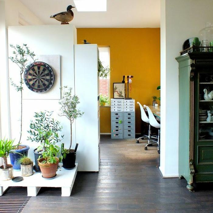 espace bureau délimité par une peinture ocre, salon rustique en vert menthe à l'eau