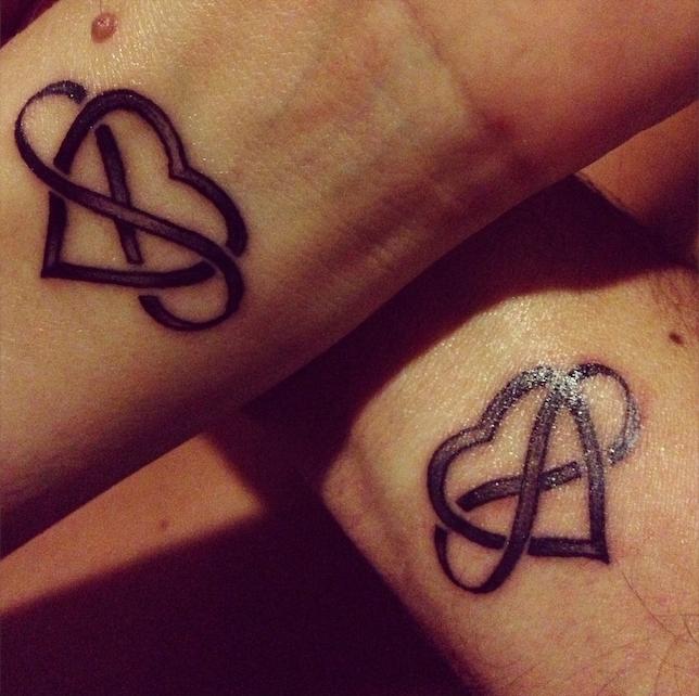 tatouage amour infini symbole coeur tattoo poignet femme homme