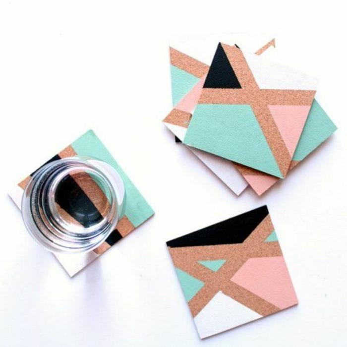 un sous verre a motifs géometriques peint, créés à l aide de masking tape, idée activite manuelle avec du liege