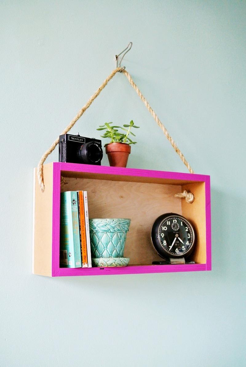 idée comment fabriquer une etagere en cagette de bois suspendue à une corde, appareil photo, livres, accessoires deco, plante, activite manuelle adultes