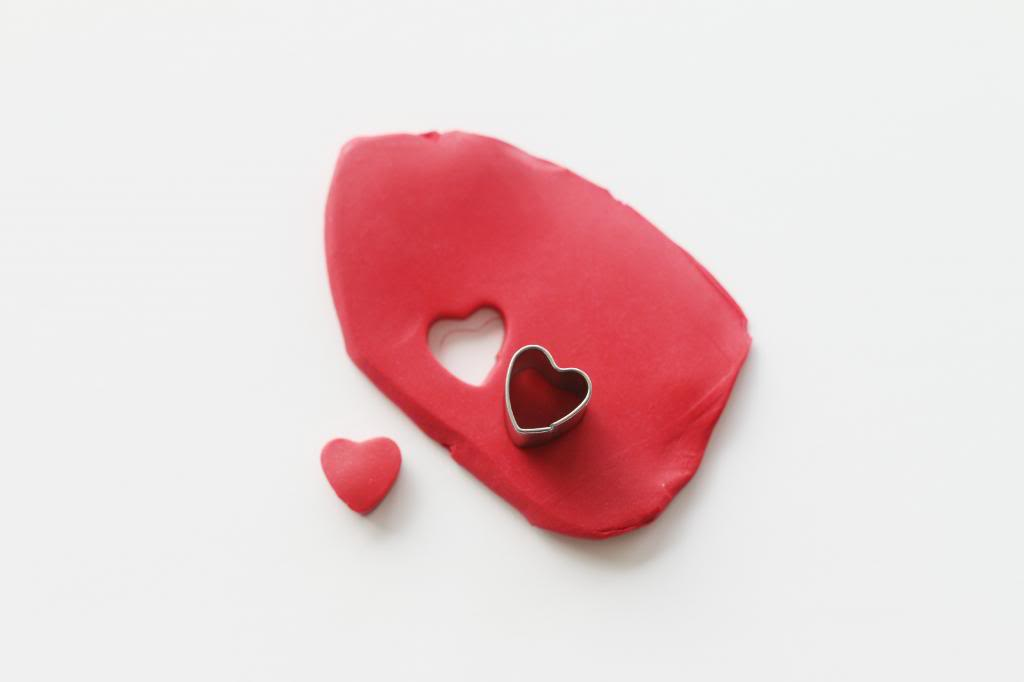 des moules pour fabriquer une boucle d oreille en forme de coeur, bijoux pate fimo, activité créative adulte