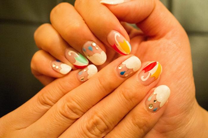 manucure maison, décoration en blanc, faire les ongles, motifs pluvieux, comment avoir de beaux ongles