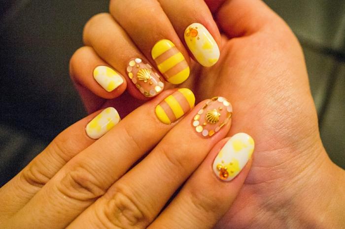 comment faire une manucure, vernis à ongles jaune, lignes droites, décoration ongles, nail art