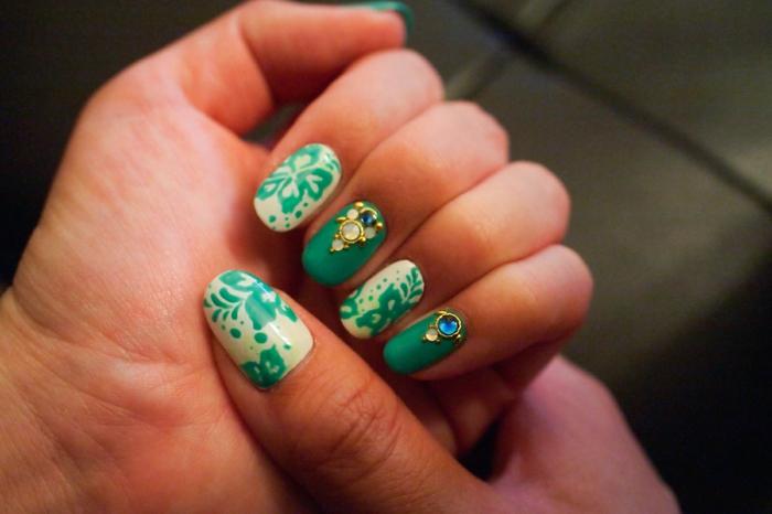 comment avoir de beaux ongles, manucure verte, motifs floraux, ongles longs, décoration nail