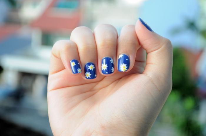 ongle manucure, vernis à ongles bleu, décoration florale sur les ongles, ongles courts