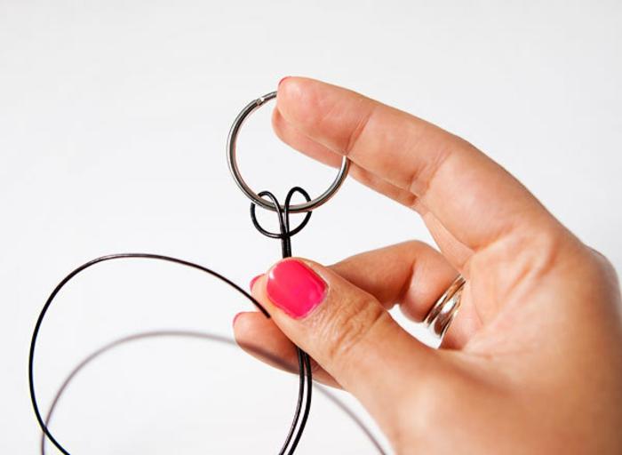 premier étape du tutoriel pour fabriquer un porte clé fete de peres, faire in noeud en etete d alouette pour attacher le cordon à l anneau, cadeau fete des peres