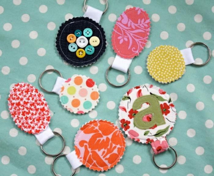 porte clé fabriqué à partir de feutrine, decoration boutons, activité manuelle adulte facile, projet de bricolage facile et rapide, idée créative
