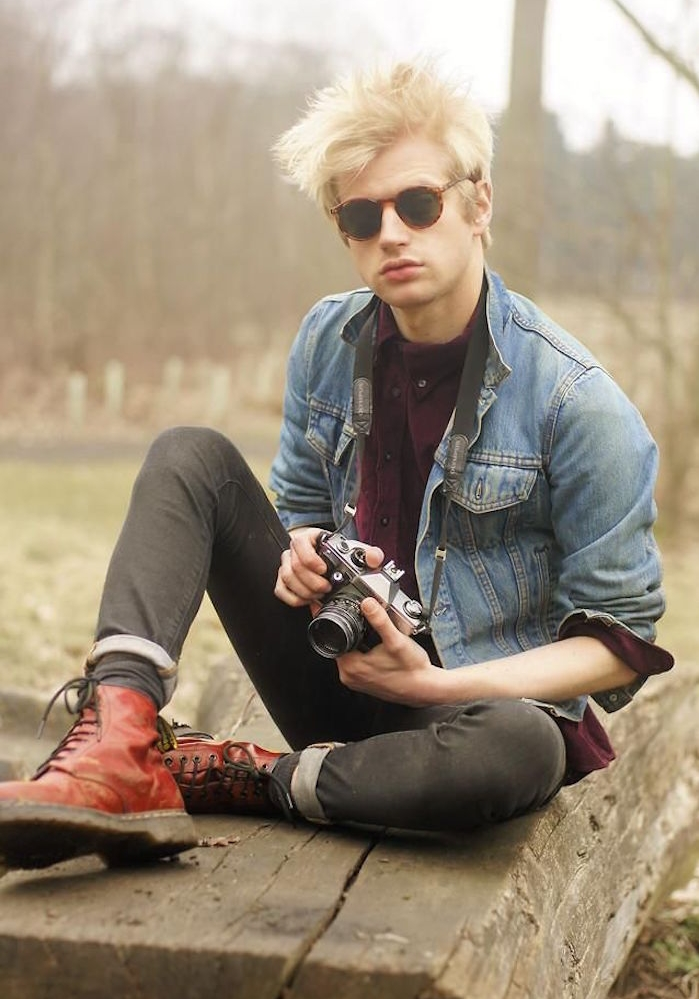 vetement grunge vêtements rock année 90 doc martens rouge lunettes rondes veste en jean levis