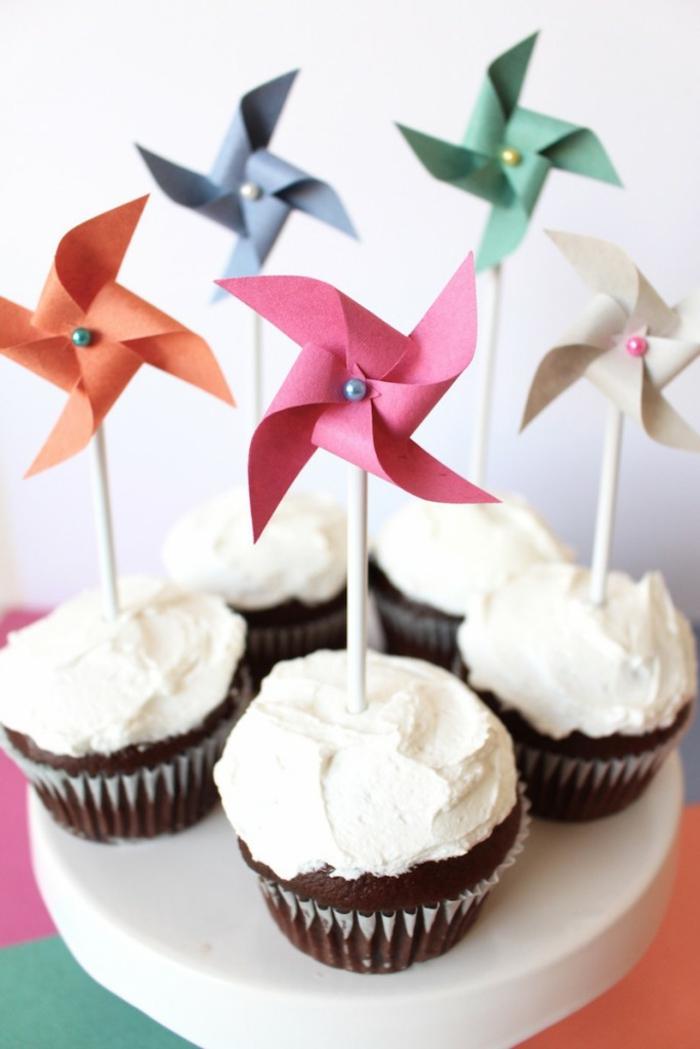 des cupcakes décorés de moulins à vent, utilisez un mini moulin à vent dans la décoration du buffet sucré