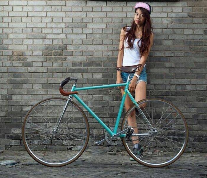 vélo à pignon fixe cadre de piste incliné sans frein fixie femme vintage