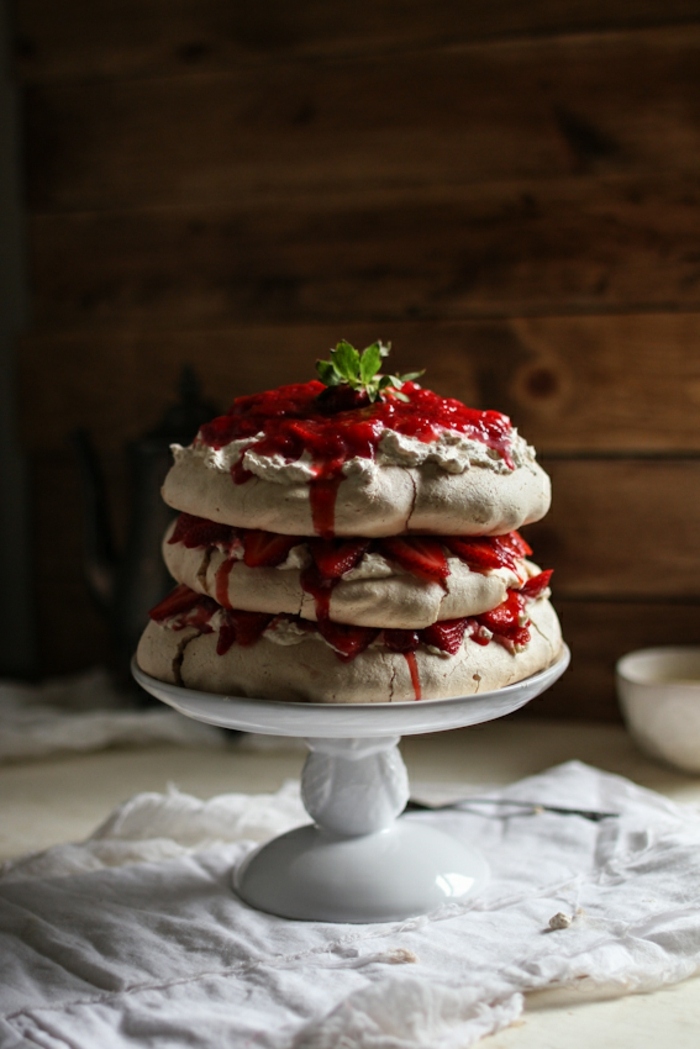 gâteau pavlova au beurre de cacahuète et à la confiture aux fraises, dessert australien original à base meringuée
