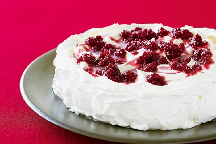 pavlova aux fruits confits, gâteau meringué nappé de crème fouettée et de confiture aux framboises